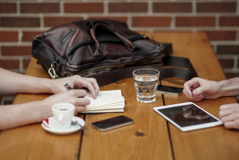 scrivania con iphone e ipad